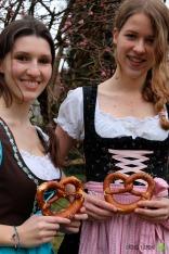 Close-Up von zwei bayerischen Mädls. Second Hand Märkte sind eine tolle Möglichkeit, sich mit sonst sehr teurer Tracht günstig einzudecken.